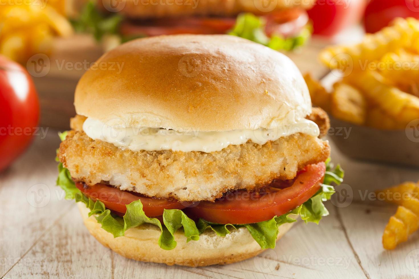 sandwich au poisson pané avec sauce tartare photo