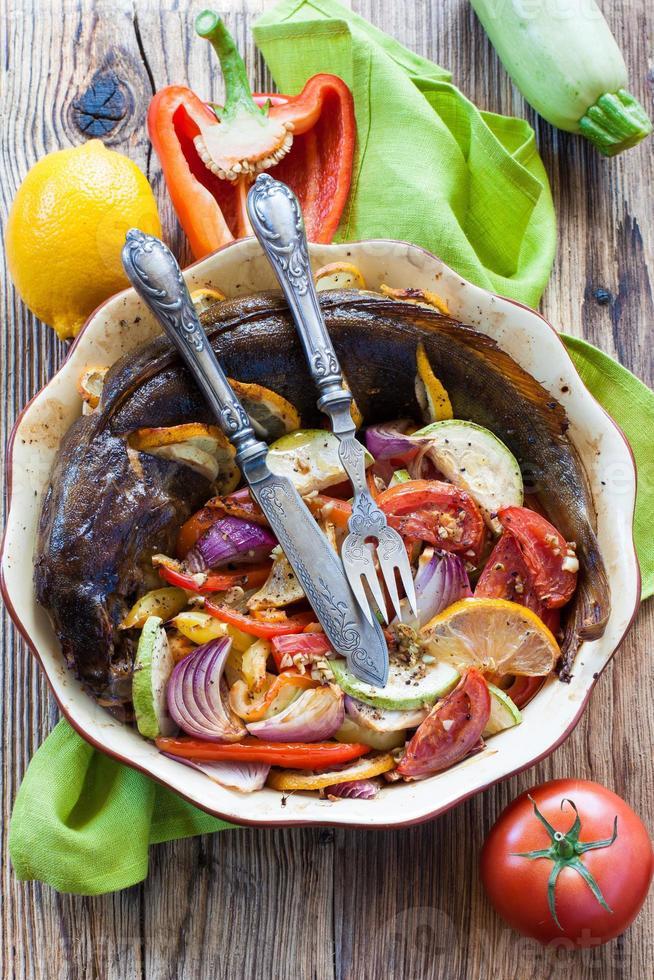 poisson au four avec des légumes dans un plat rond photo