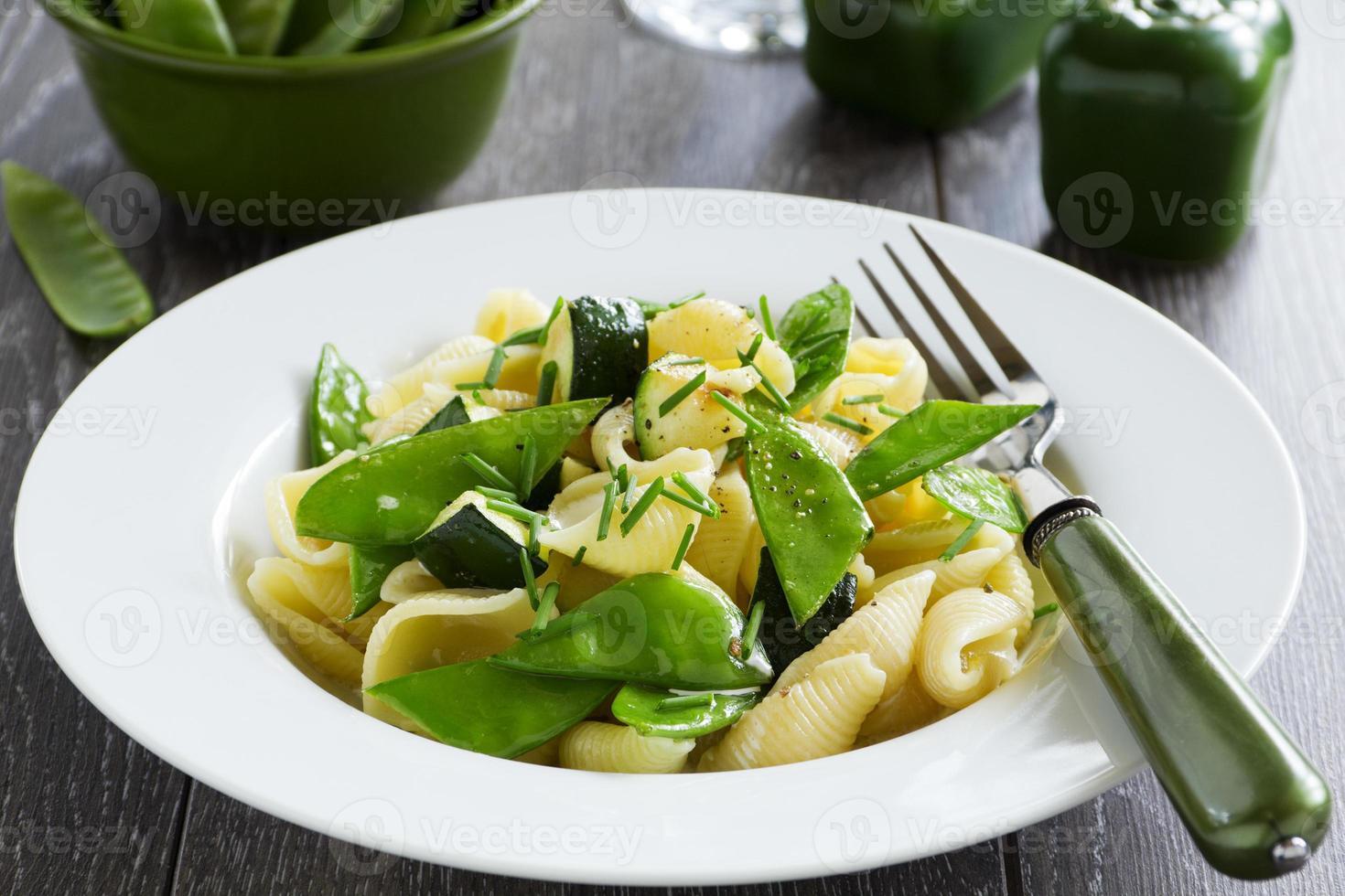 pâtes aux courgettes et poivrons verts. photo
