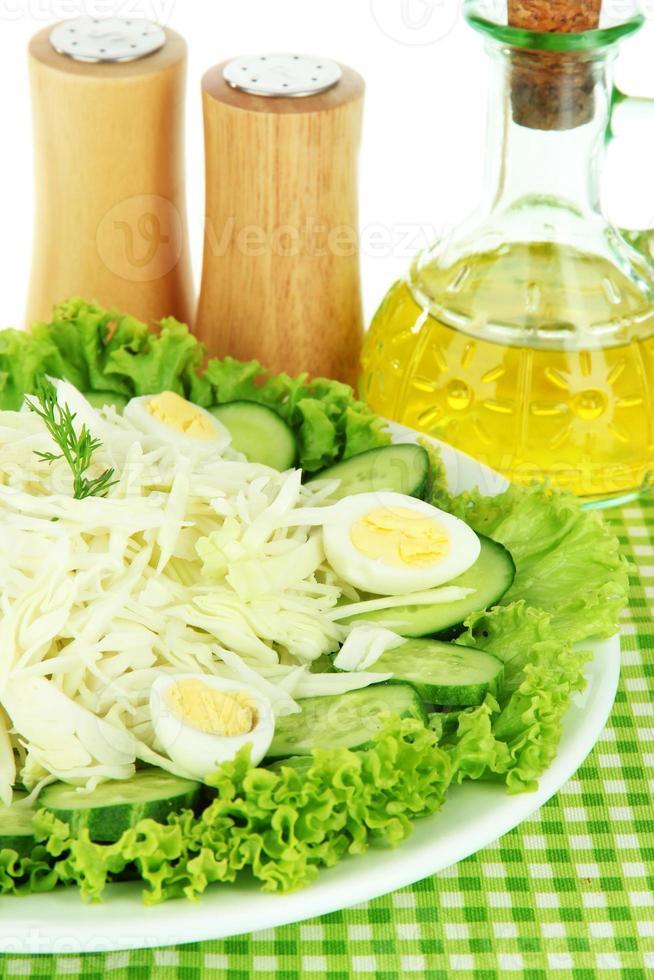 délicieuse salade aux œufs, au chou et aux concombres photo
