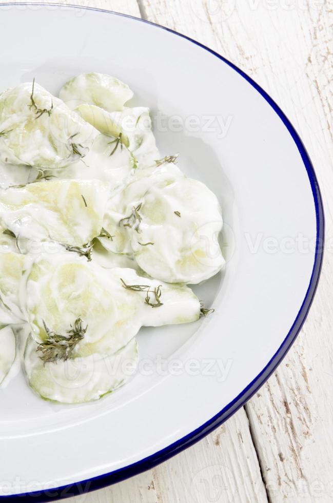 salade de concombre à la crème sure et à l'aneth photo
