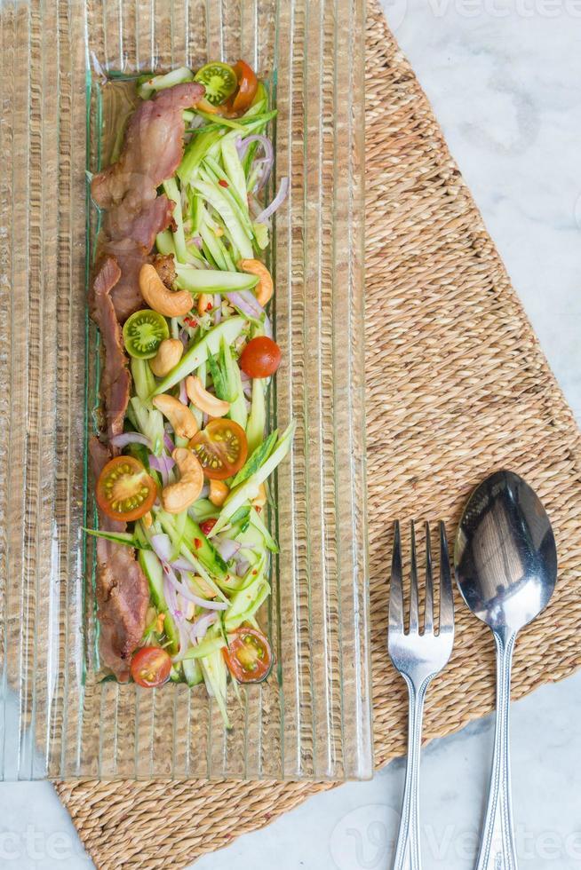 salade épicée de concombre haché photo