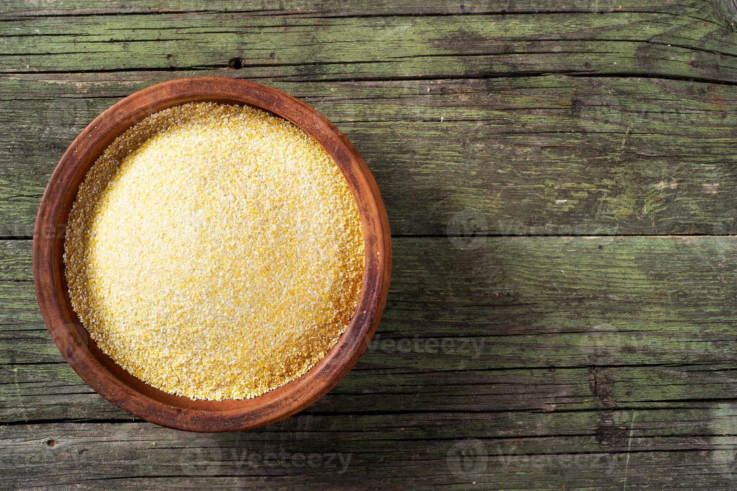 Repas de maïs et bol en céramique sur table en bois photo