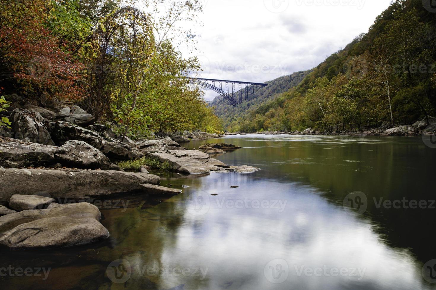 nouveau pont de la gorge de la rivière photo