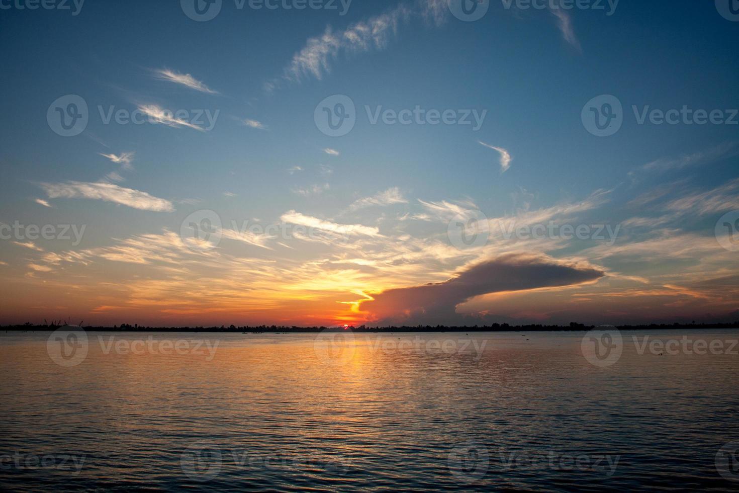 lever du soleil sur la rivière photo