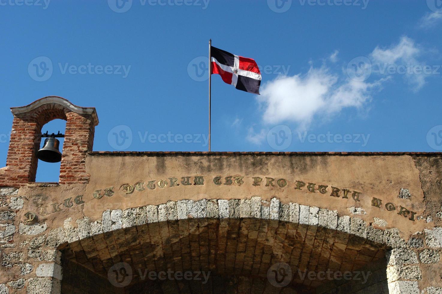 bâtiment colonial et drapeau national à santo domingo photo