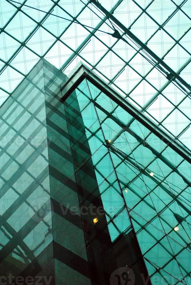 à l'intérieur d'un bâtiment en verre photo