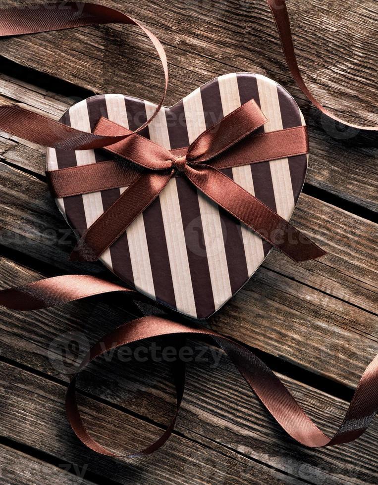 coffret cadeau Saint Valentin en forme de coeur sur des assiettes en bois. photo