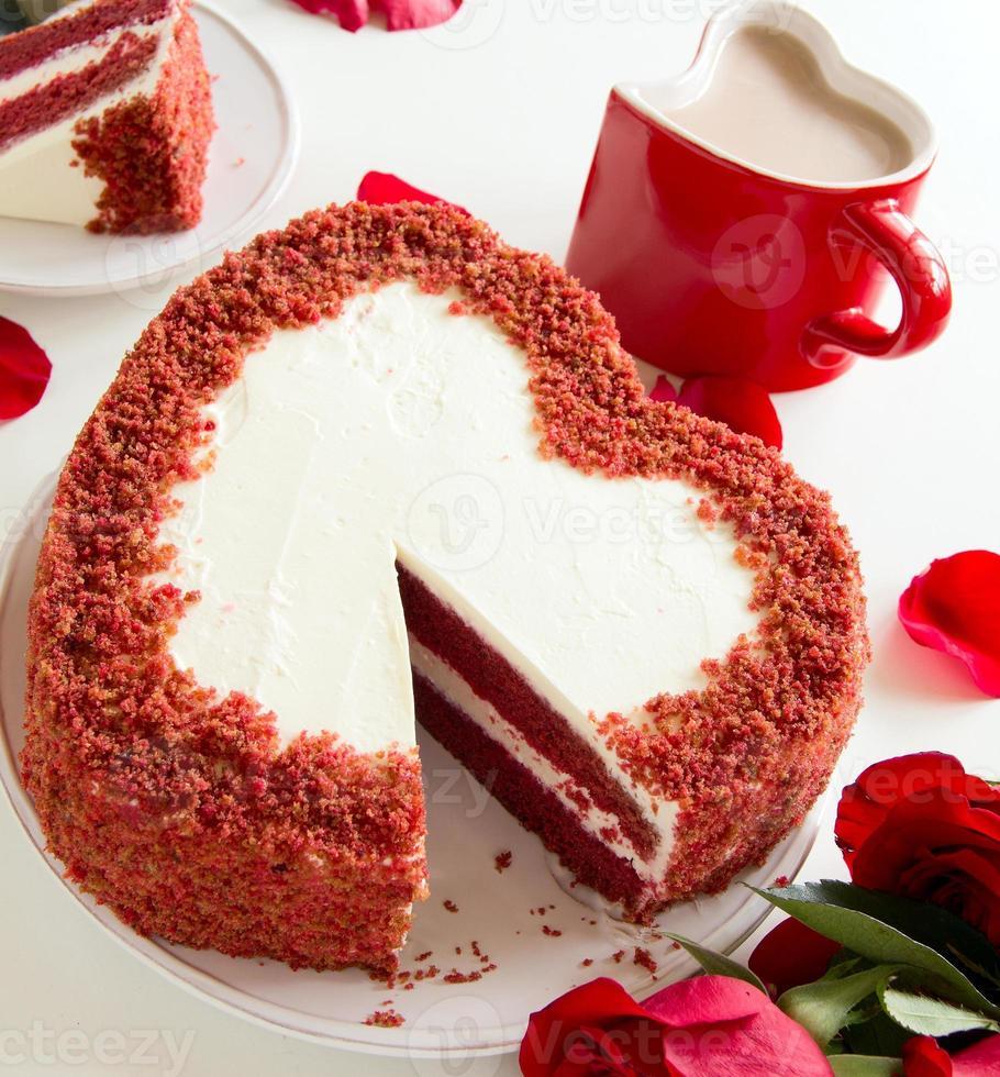 """gâteau """"velours rouge"""" en forme de coeur. La Saint-Valentin. photo"""