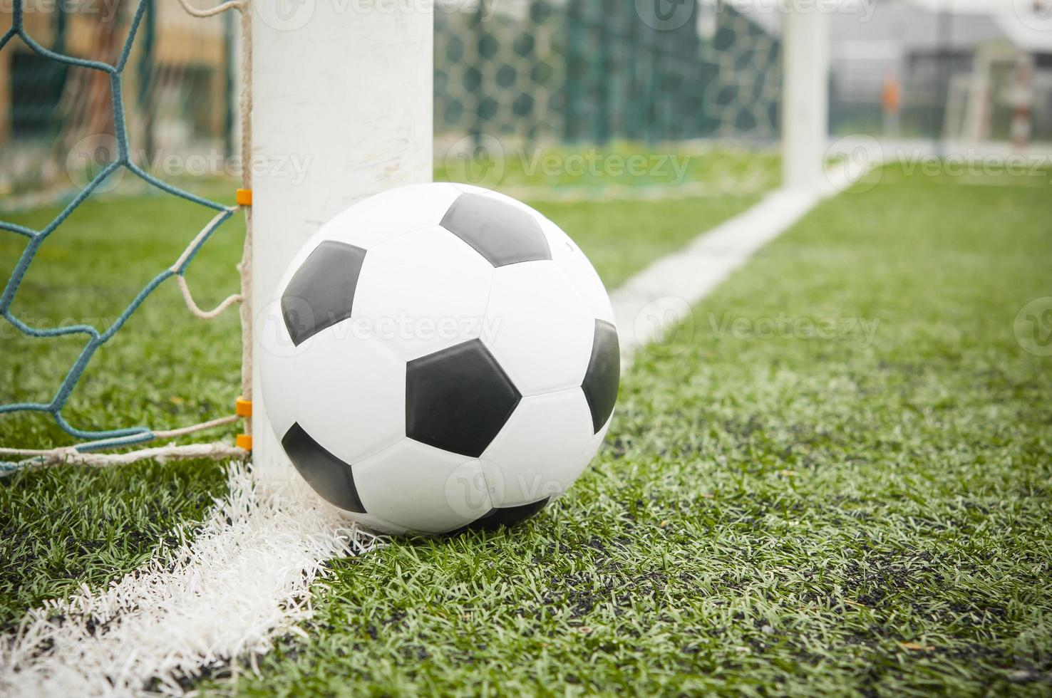 ballon de football sur le terrain photo