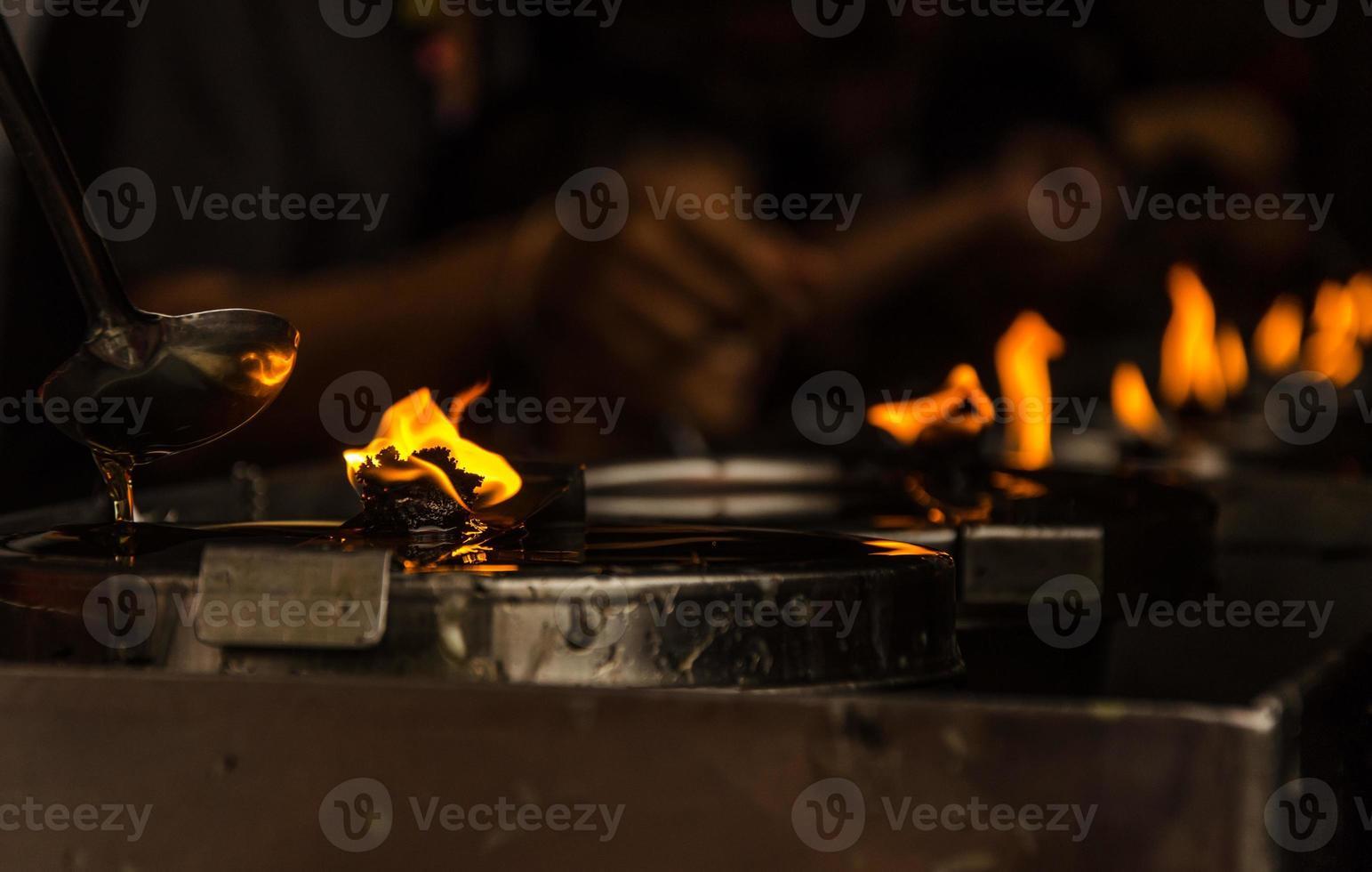 des bougies allumées dans un temple bouddhiste photo