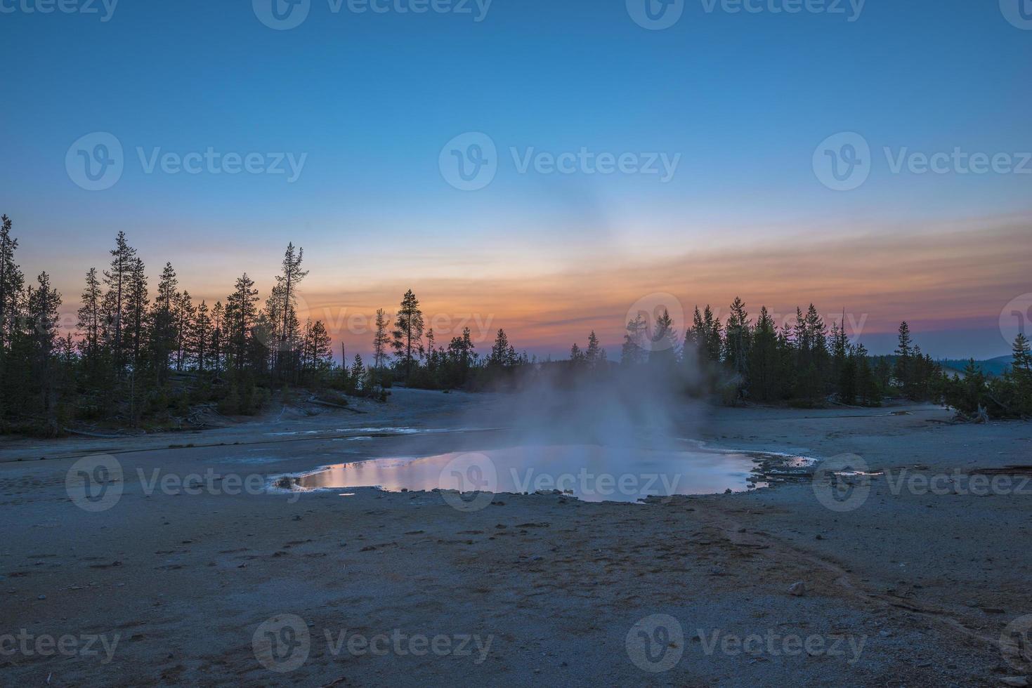 norris geyser bassin après le coucher du soleil photo