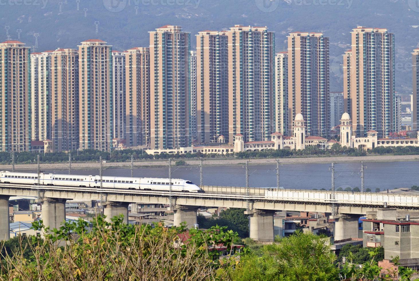supertrain sur pont en béton, sur la côte sud-est de la Chine photo