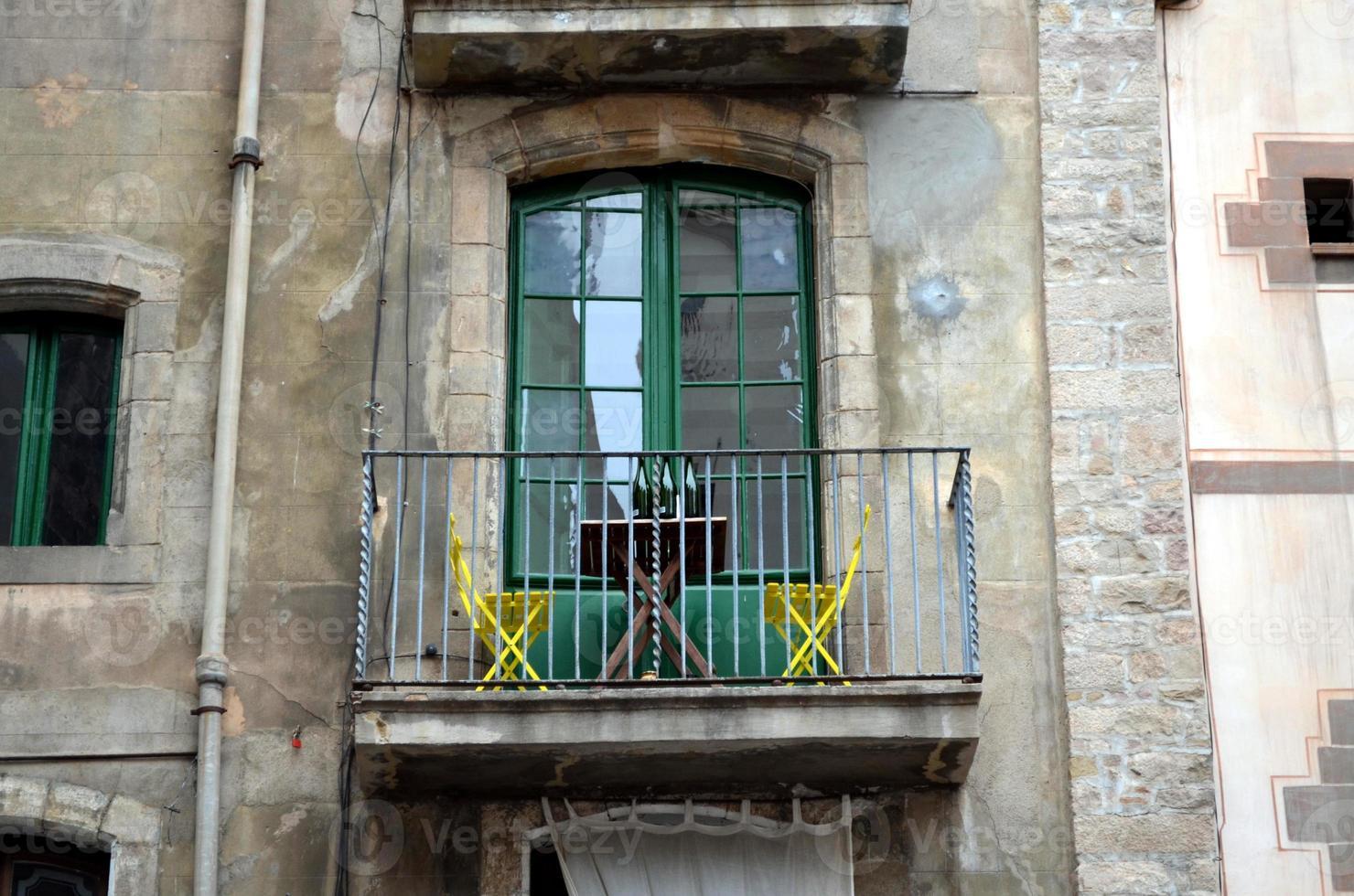 balcon avec chaises jaunes et bouteilles de vin photo