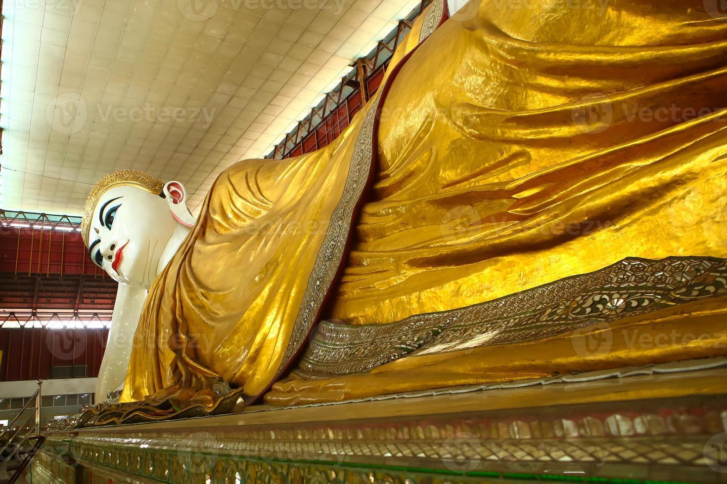 Bouddha à chaukhtatgyi à yangon myanmar. photo
