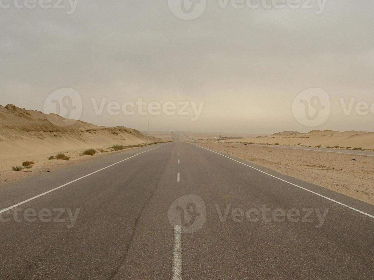 route d'alamein au milieu d'une tempête de sable photo