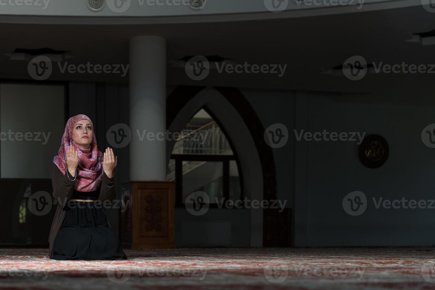 femme musulmane priant dans la mosquée photo