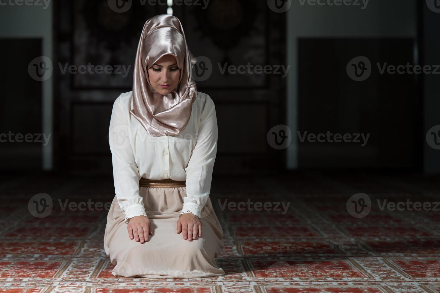 femme musulmane prie dans la mosquée photo
