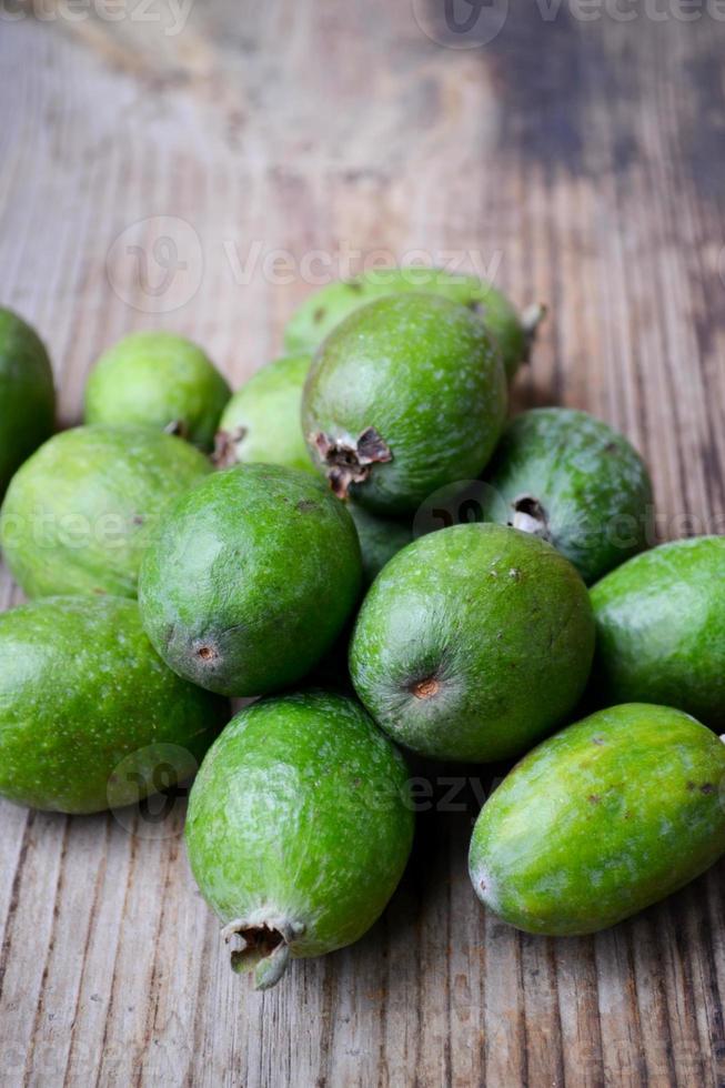 fruit feijoa vert sur table en bois photo