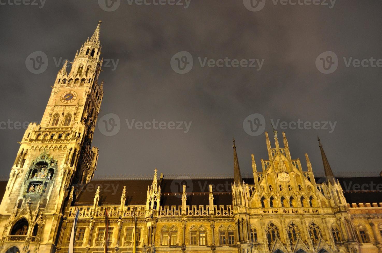 scène de nuit de l'hôtel de ville sur la marienplatz. Munich, Allemagne photo