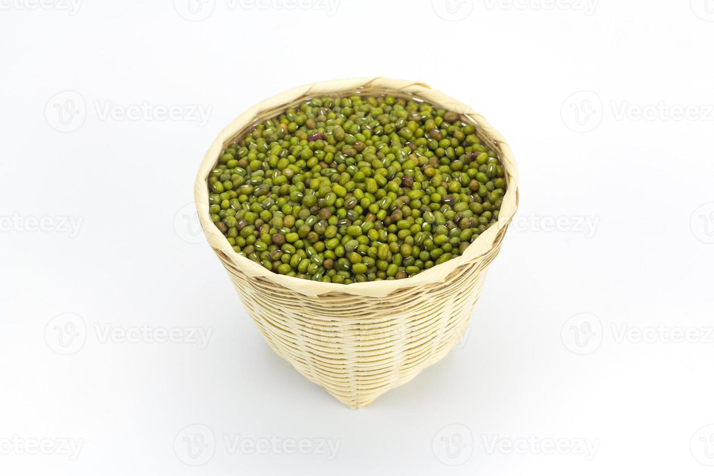 haricot vert ou haricot mungo dans un panier en bambou isolé photo