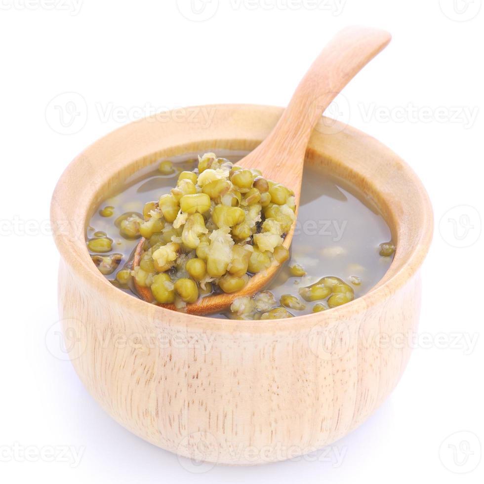 haricot mungo bouilli dans une tasse ou un bol en bois photo