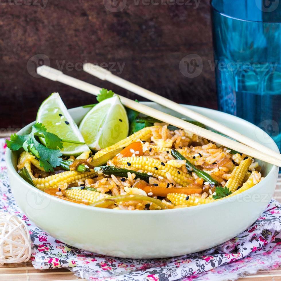 riz frit asiatique avec oeuf, légumes, mini maïs, haricots verts photo