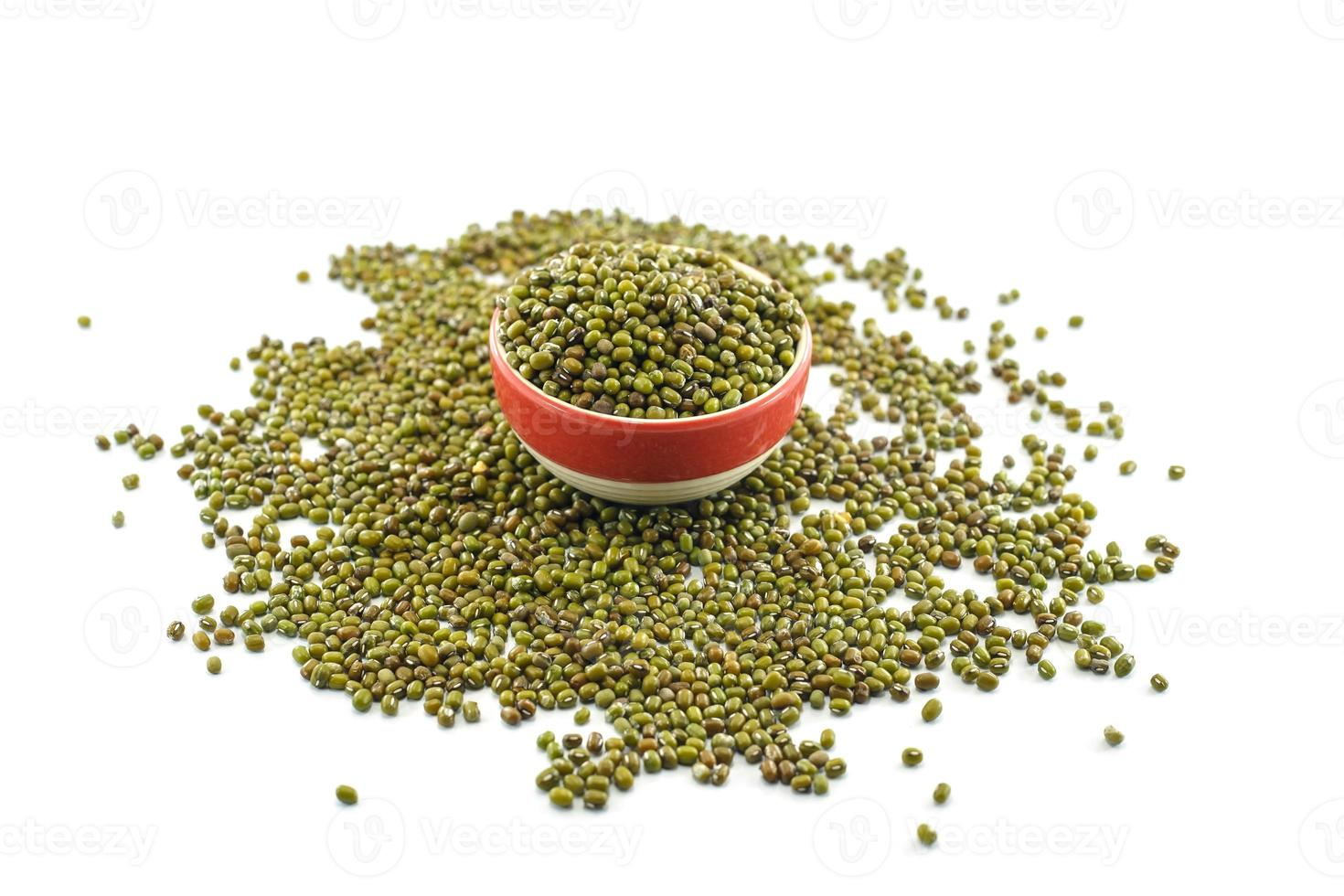 haricot vert ou haricot mungo isolé sur fond blanc photo