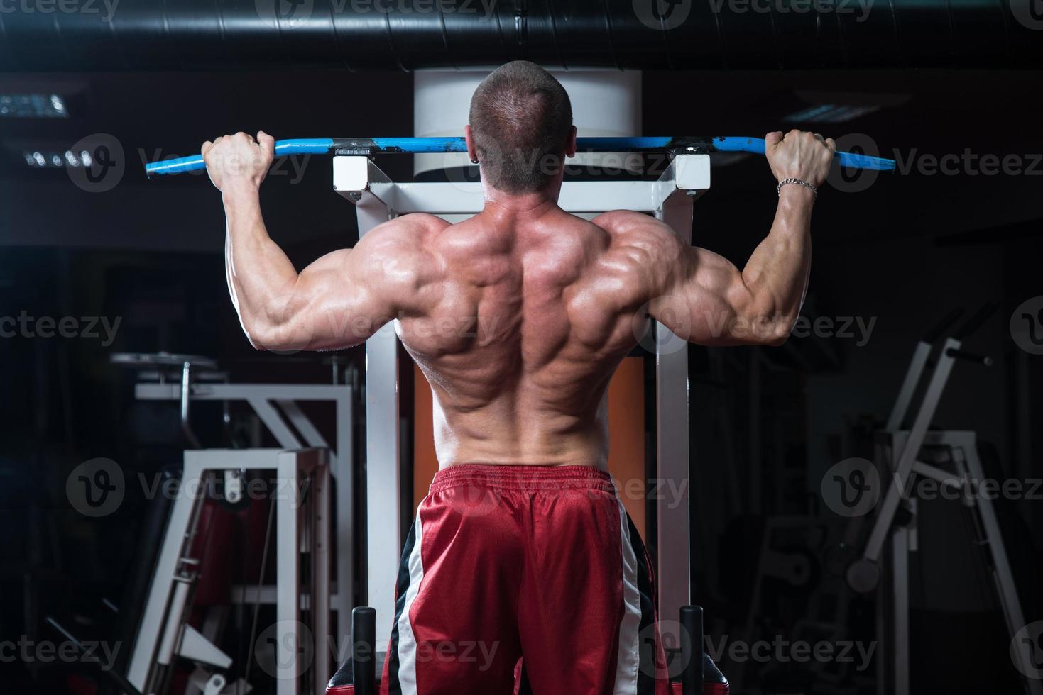 jeune bodybuilder, faire de l'exercice de poids lourd pour le dos photo