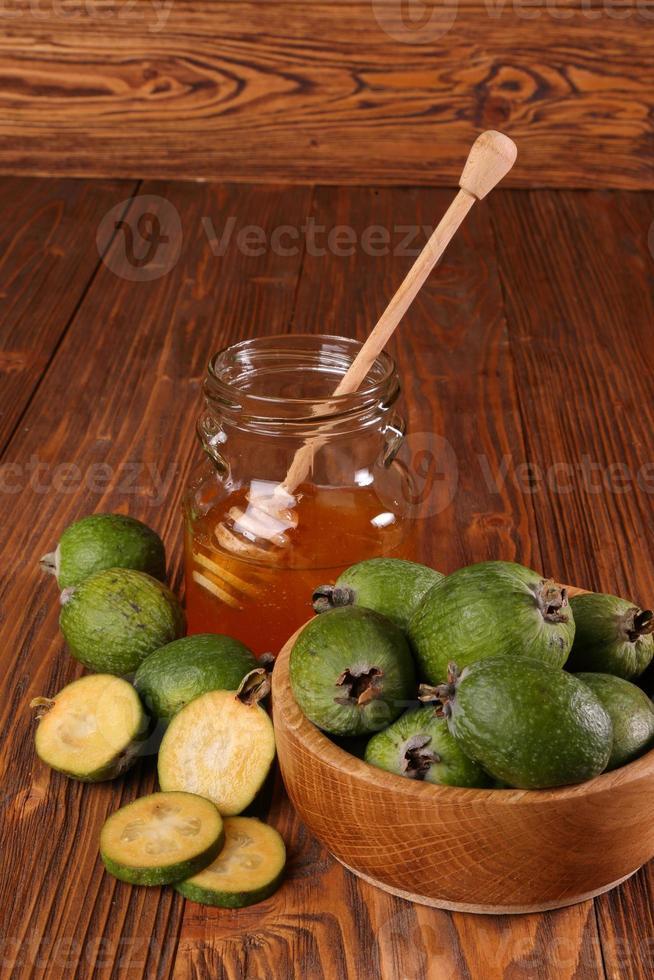 Feijoa fruits et banque de miel sur une table photo