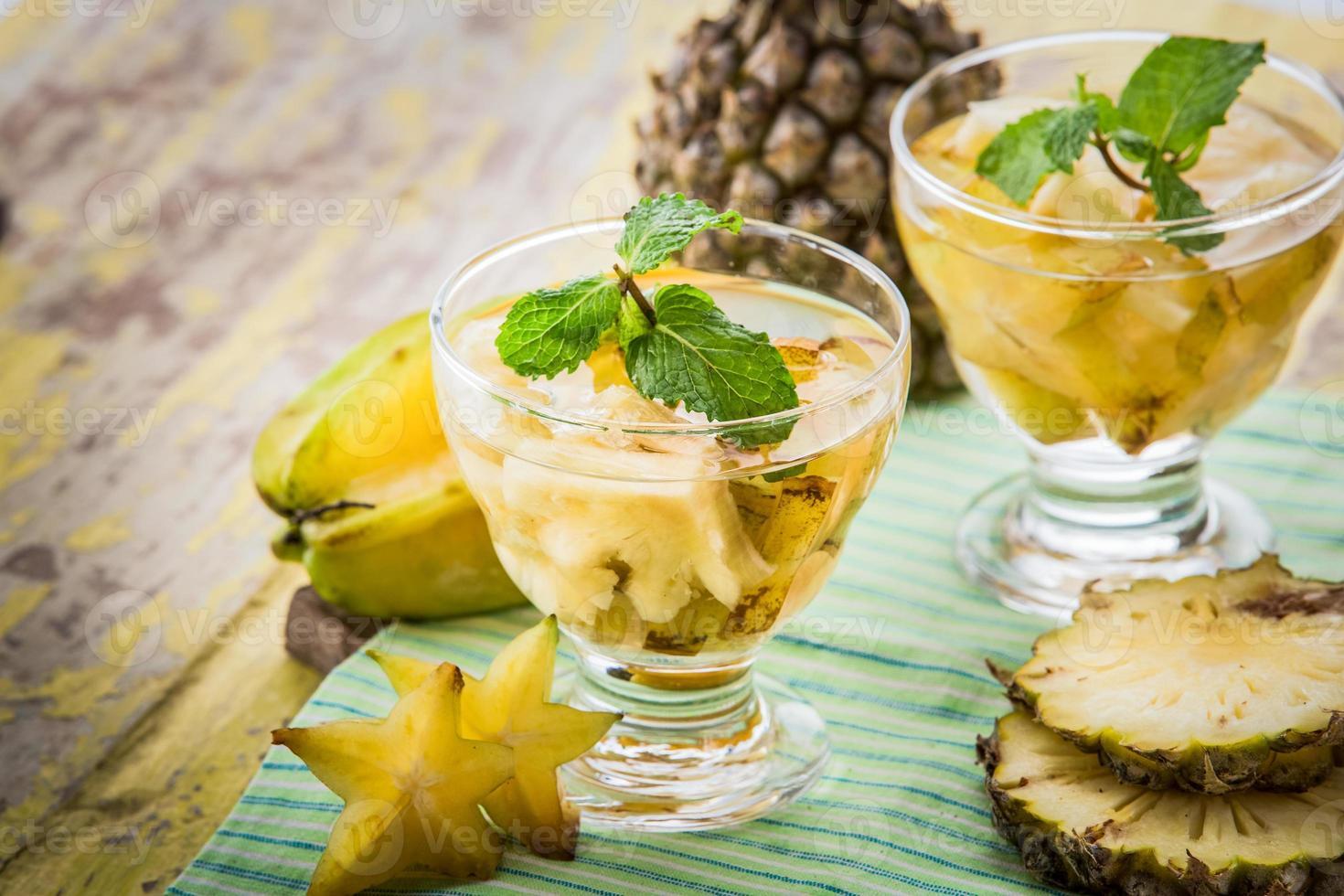 mélange d'eau infusée de carambole et d'ananas photo