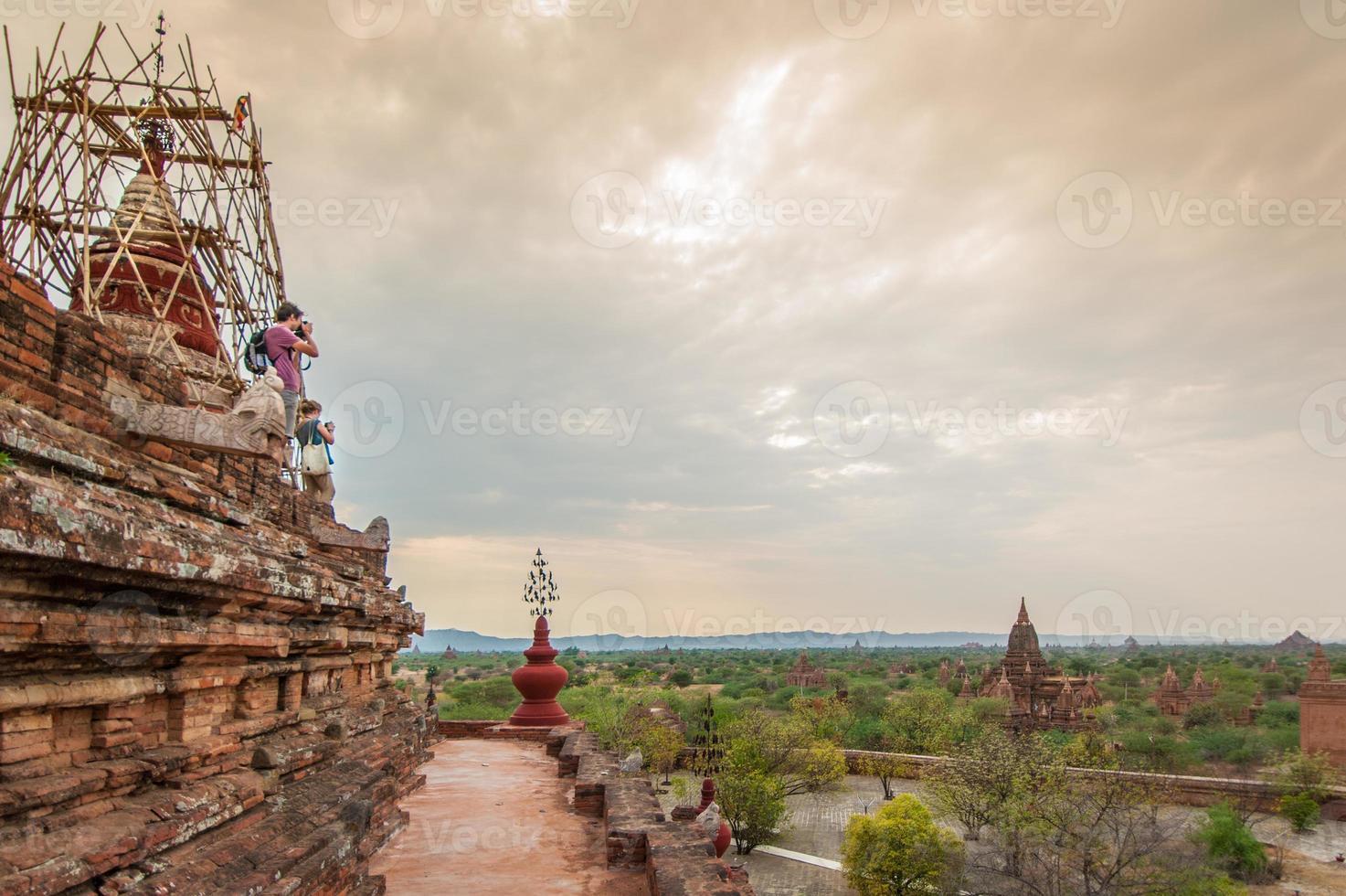 Paysage de pagode dans la plaine de bagan, myanmar photo