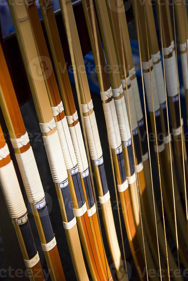 arcs en bois japonais faits à la main traditionnels dans une rangée photo