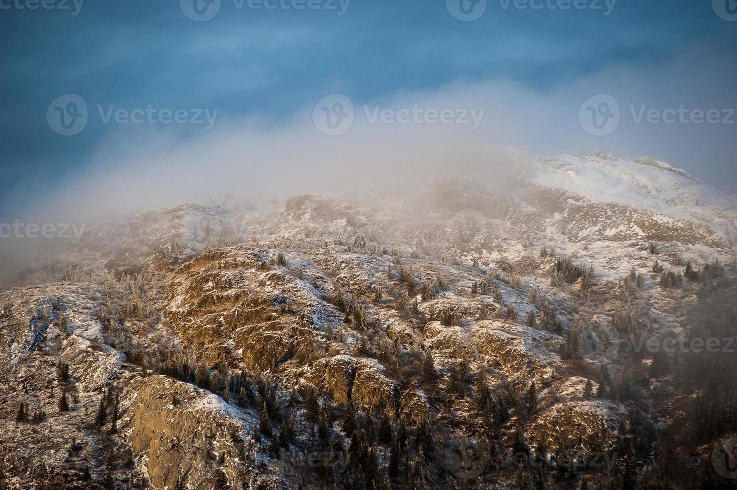 sommet de la montagne d'hiver givré photo