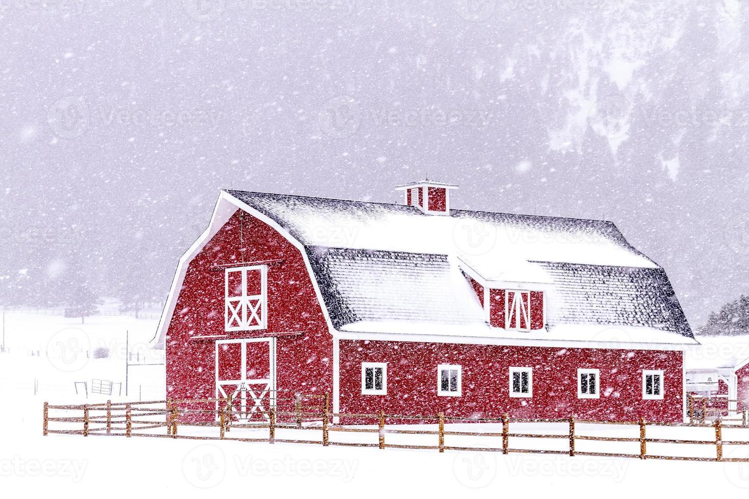 grange rouge dans la neige photo