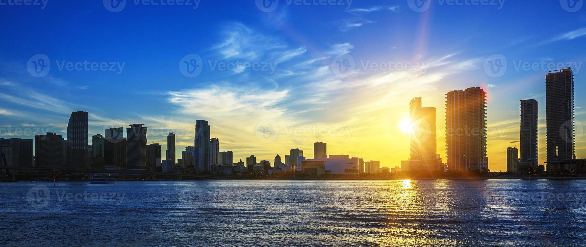 panorama de la ville de miami au crépuscule photo