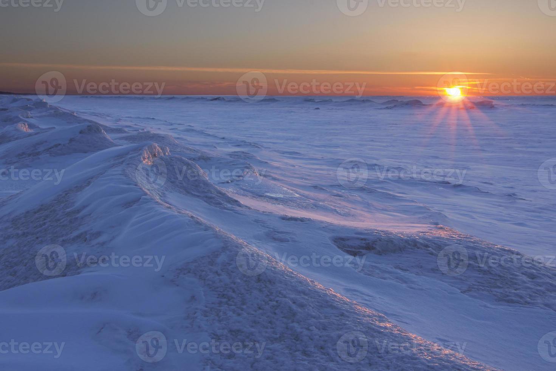 soleil couchant, sur, gelé, lac, huron photo