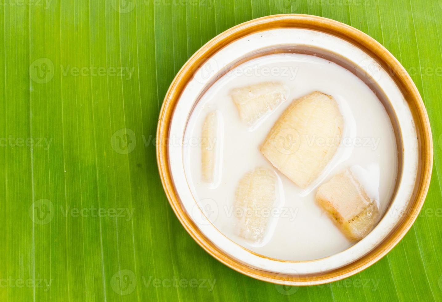 banane au lait de coco sur feuilles de bananier, désert thaïlandais photo