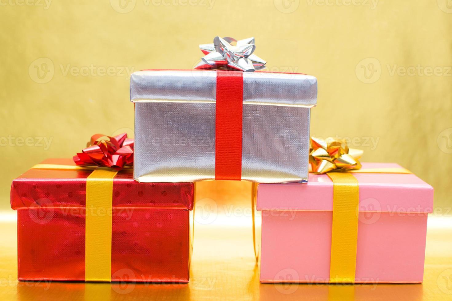 coffrets cadeaux avec fond rouge photo