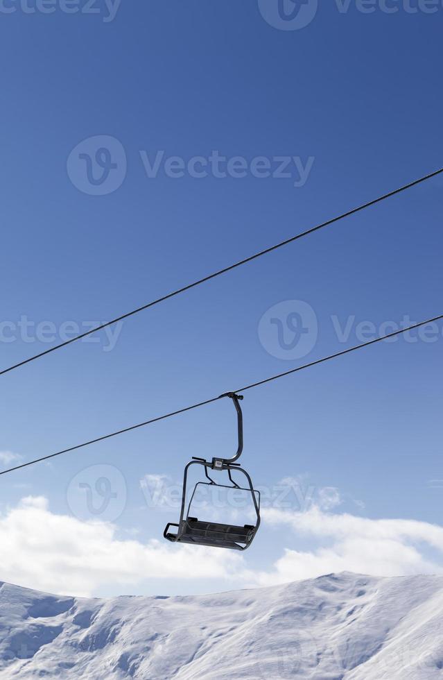 télésiège contre le ciel bleu photo