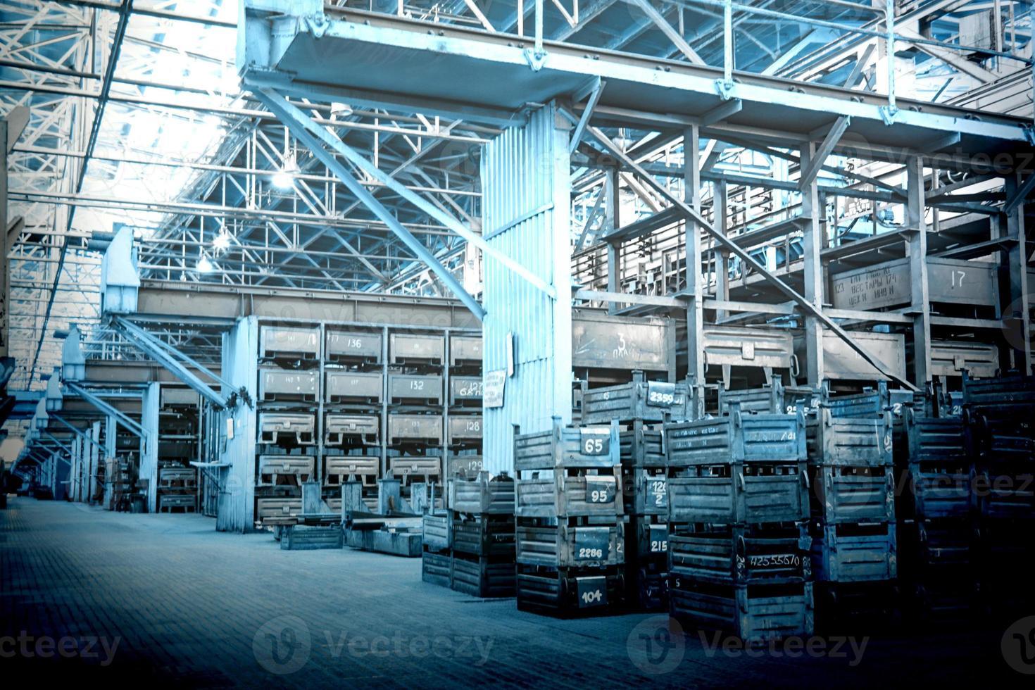 grande salle de stockage avec des boîtes métalliques photo