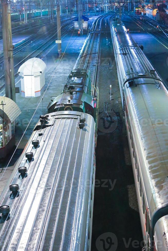 locomotive et wagons à la gare photo
