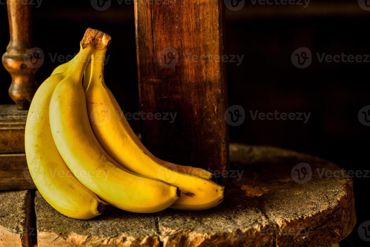 banane sur une pierre rustique photo