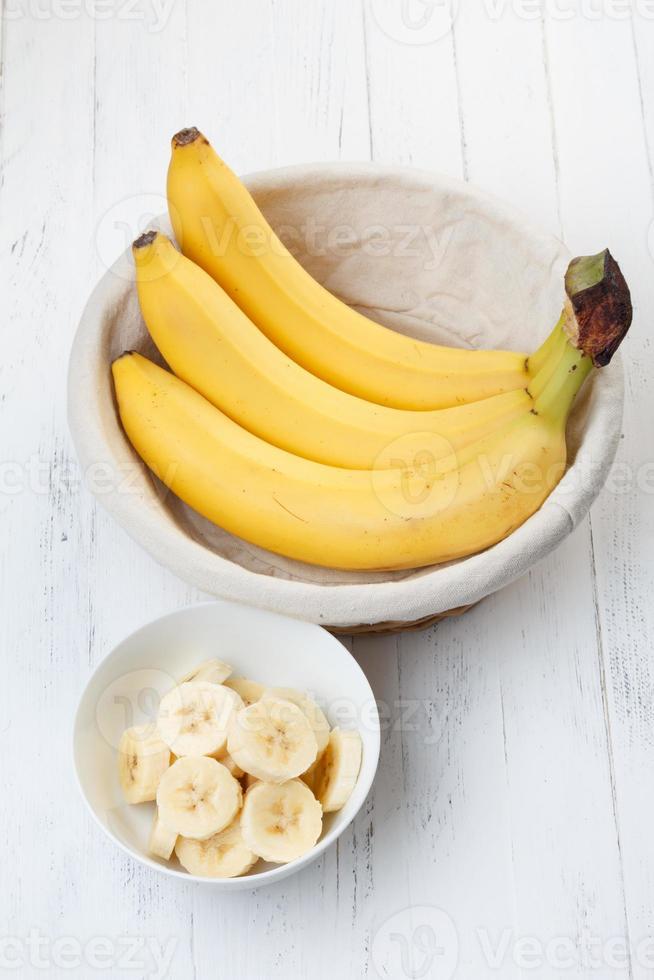 tranches de banane dans un bol sur la table photo