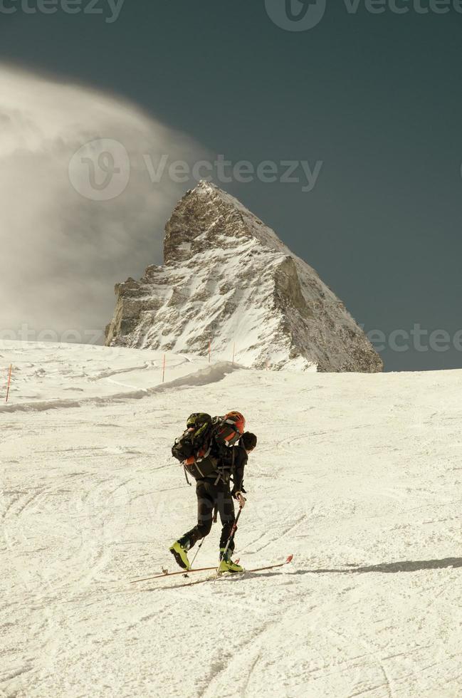 skieur de randonnée dans les Alpes suisses photo