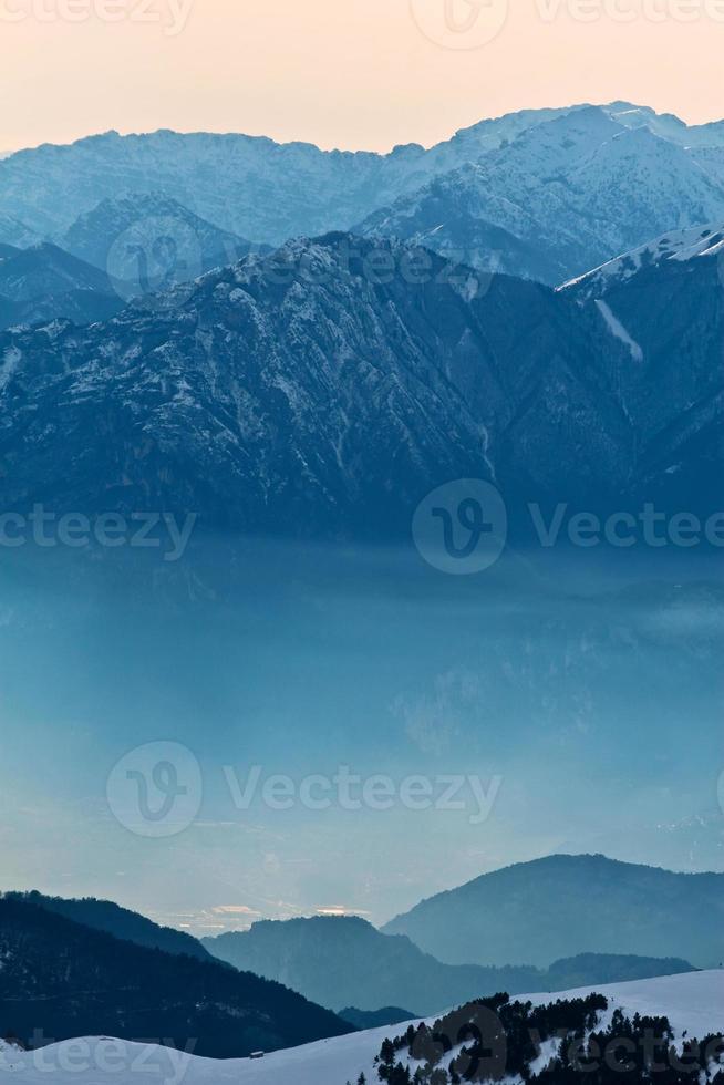montagnes du matin brumeux photo