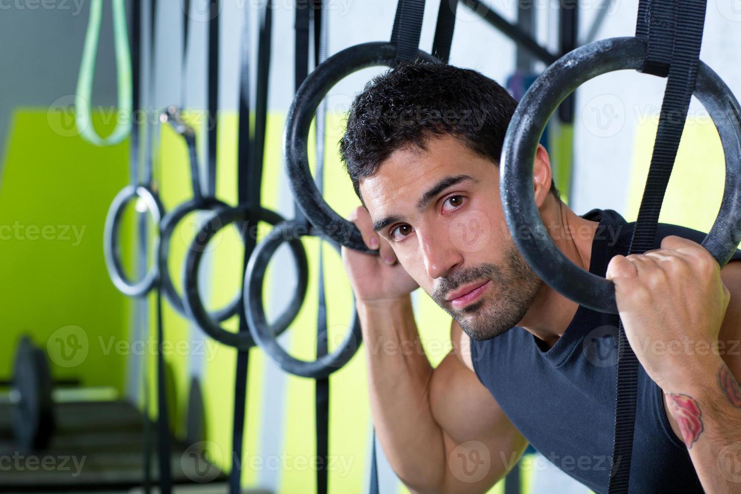 Gym dip ring man détendu après l'entraînement au gymnase photo