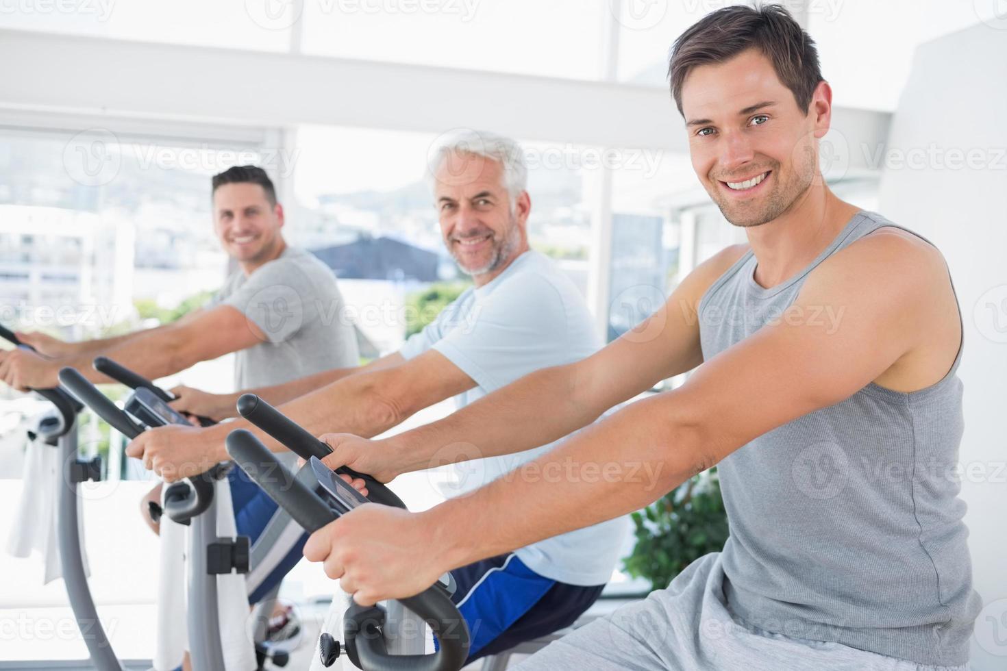 hommes sur des vélos d'exercice photo