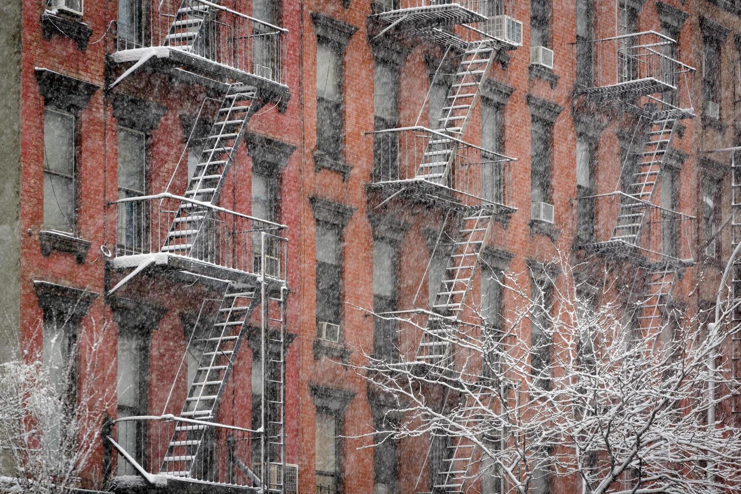 Façade du bâtiment en brique de Chelsea pendant la tempête de neige, New York City photo