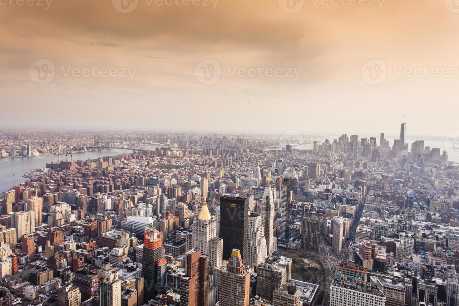 Vue aérienne de Manhattan au coucher du soleil, New York City photo